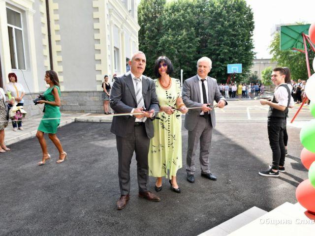 """Открихме новия физкултурен салон и обновената сграда на Професионална гимназия по хотелиерство и туризъм """"Академик Неделчо Неделчев"""""""